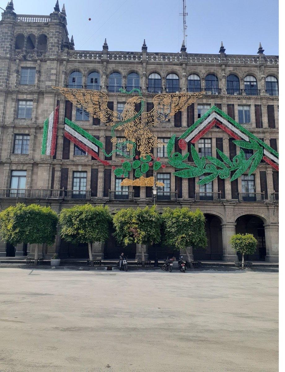 Remplazan Escudo Nacional por el de Morena para decoración de fiestas patrias