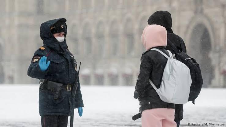 Rusia registra 8,135 nuevos casos de covid en un día