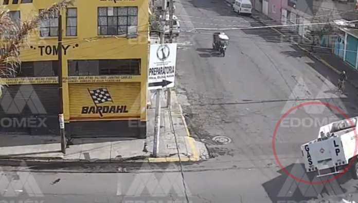 Captan en #video volcadura de camioneta con cilindros de gas LP