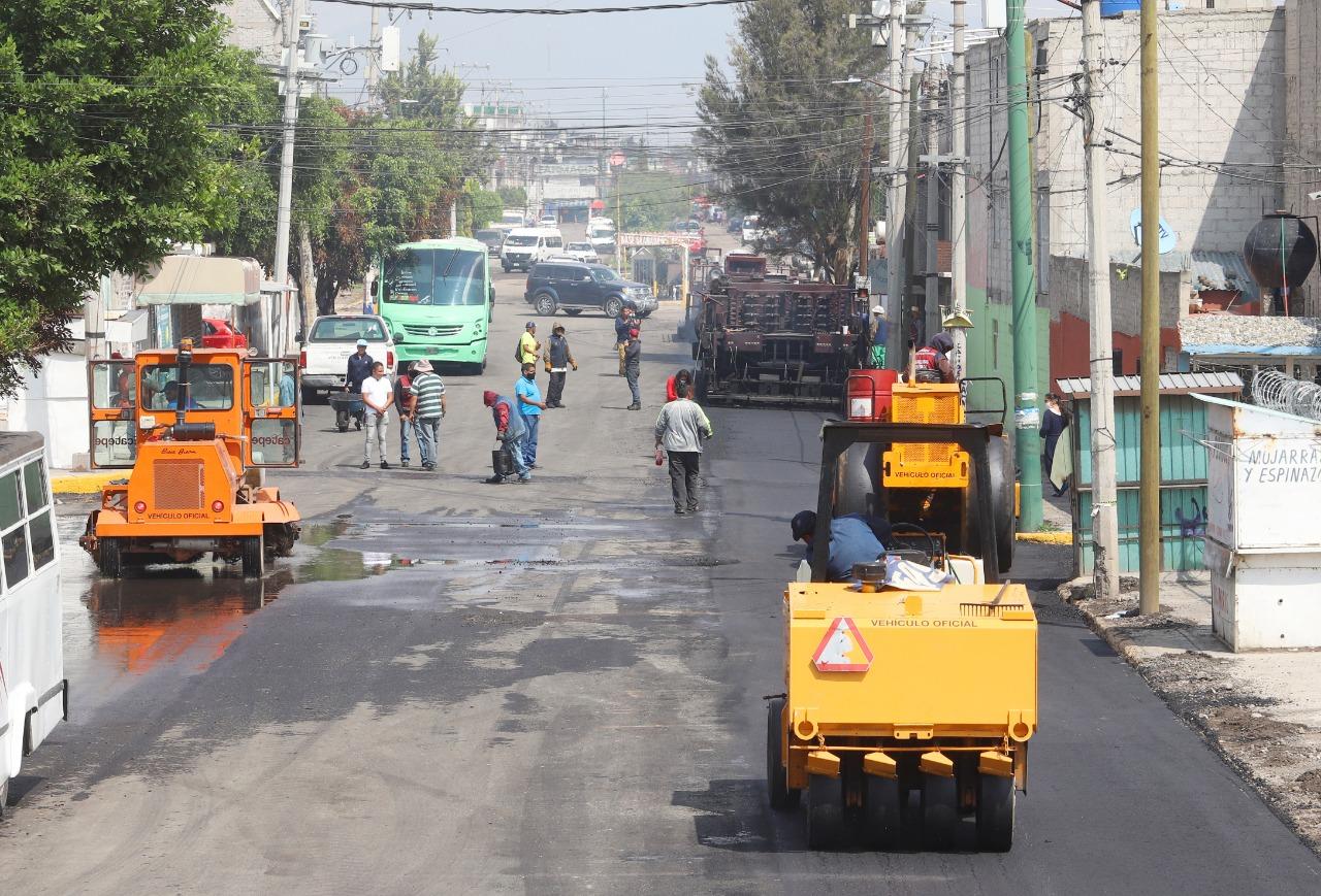 Repavimentan 19 avenidas de Ecatepec con máquina asfaltadora; las vialidades estaban destruidas