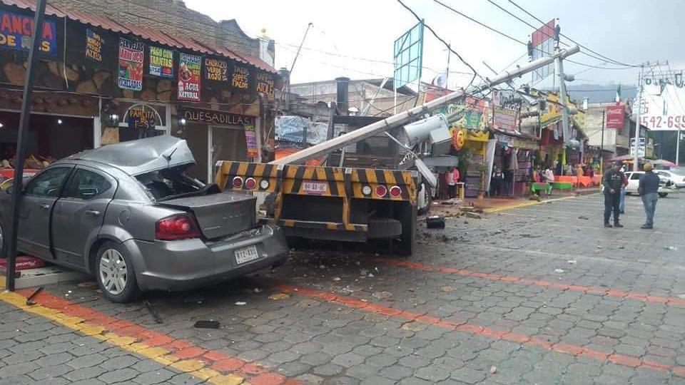Camión choca contra puestos en La Marquesa deja seis lesionados