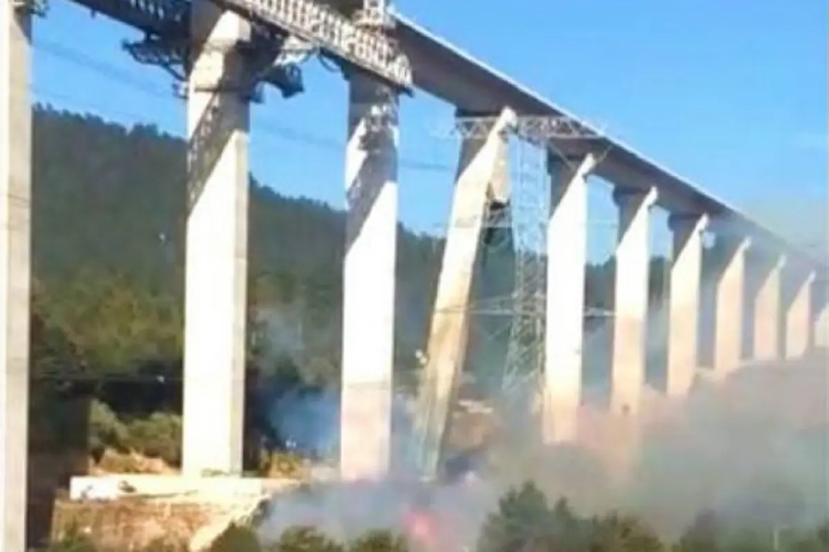 Dejan caer estructuras del Tren Interurbano; provocan incendio