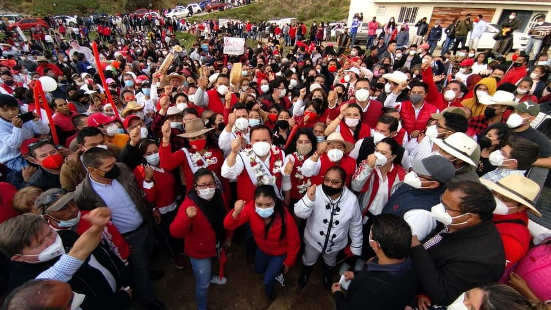 """Al grito de """"Vamos a arrasar"""" reciben a los candidatos priístas en el corazón de Huitzizilapan"""