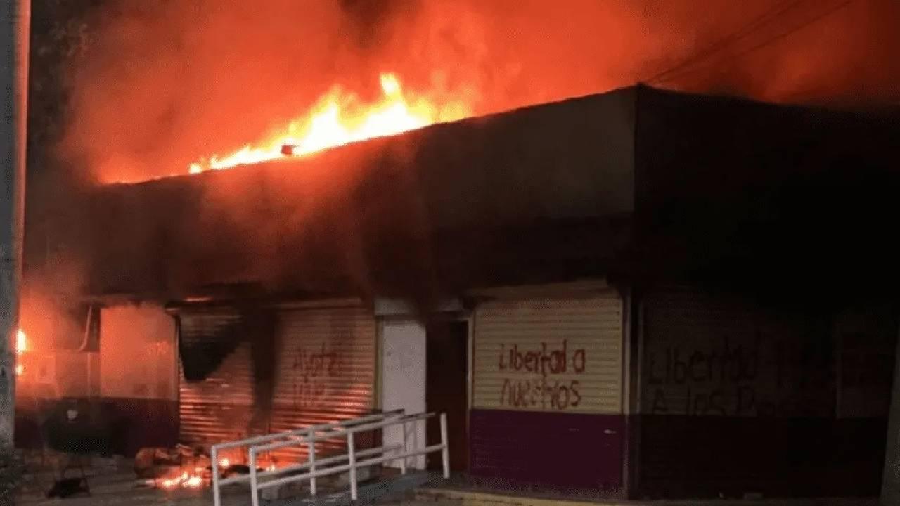 En Chiapas queman instalaciones del INE; piden liberación de normalistas detenidos