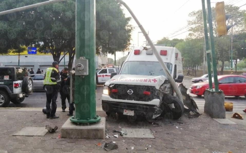Auto se pasa el alto y choca contra ambulancia en CDMX