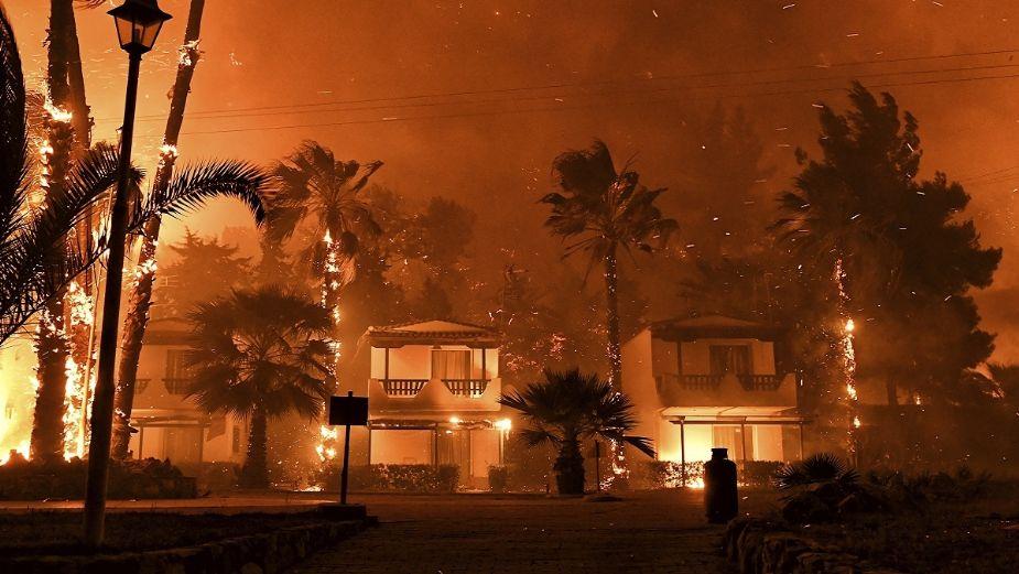 ¡Terrible! Desalojan en Grecia viviendas tras fuerte incendio