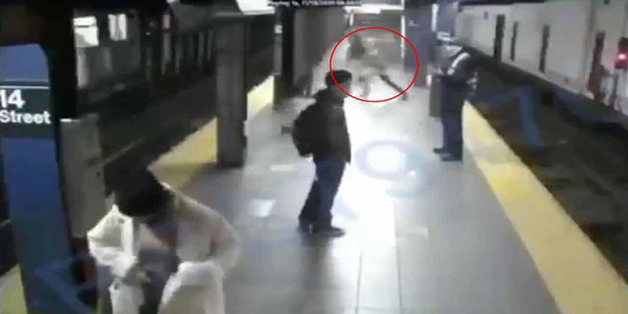 VIDEO: ¡Héroe anónimo! Hombre salva a mujer de ser acuchillada en el metro de NY