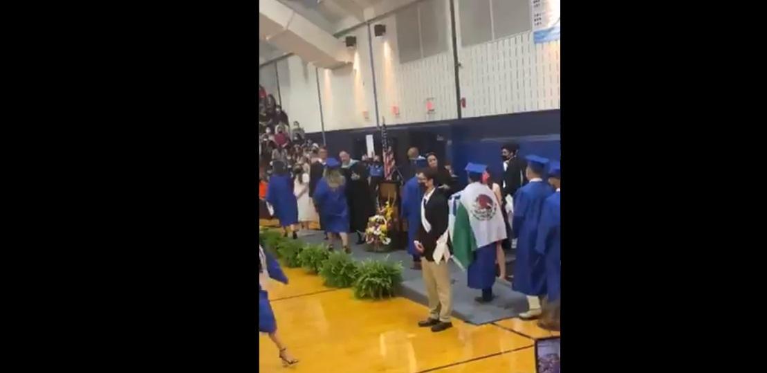 Escuela de EU niega diploma a alumno por portar bandera de México en su graduación