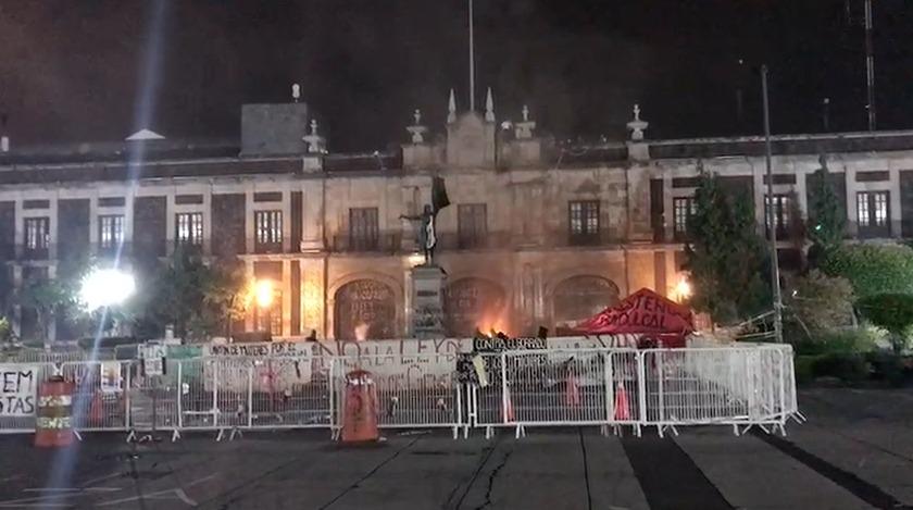 VÍDEO: Feministas queman fachada del Congreso del Estado de México