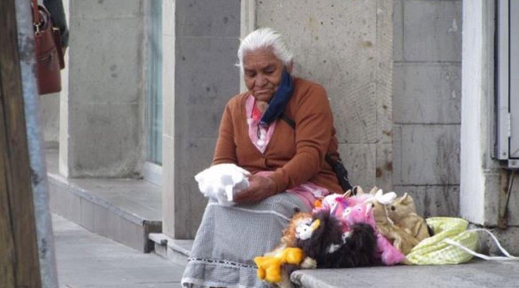 #Ayuda Doña Socorro se esfuerza por vender sus títeres de mano en Toluca