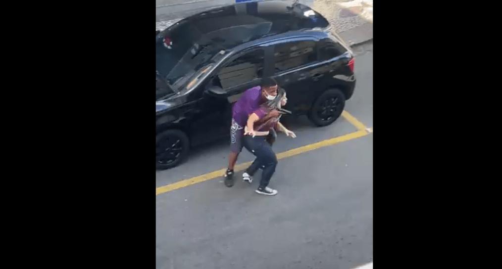 #VIDEO Abaten a ladrón que tenía una mujer rehén; policías son aplaudidos por la gente