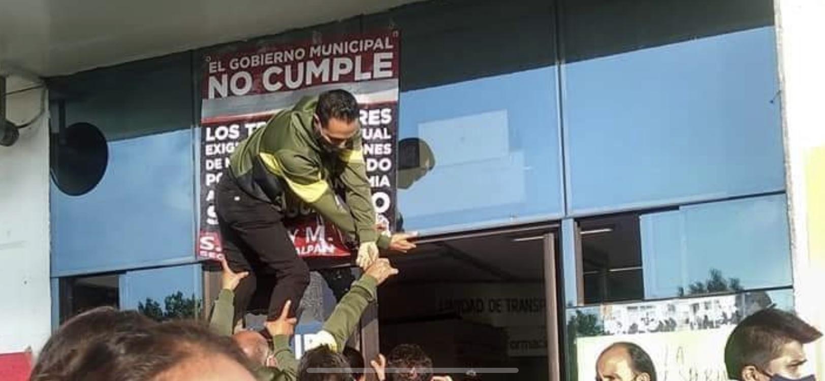 Bloquean Periférico trabajadores de Naucalpan exigen pago de sus quincenas