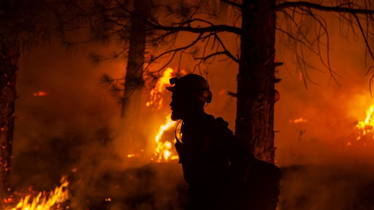 VIDEO: Escapan bomberos de las llamas del incendio en EU
