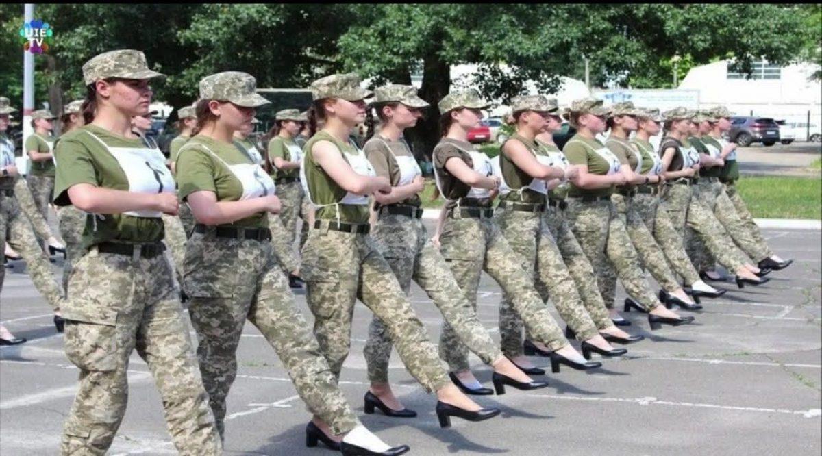 ¡Con zapatos de tacón! Escándalo en el Ejército ucraniano, un problema de sexismo y acoso