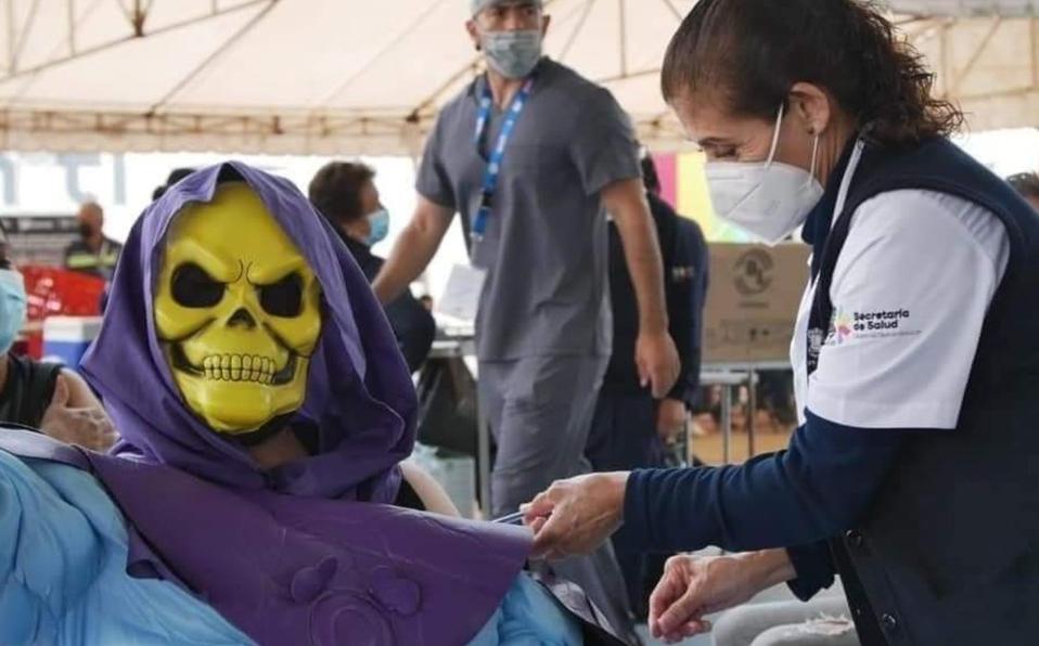 Skeletor de He-Man es captado aplicándose la vacuna contra el COVID-19