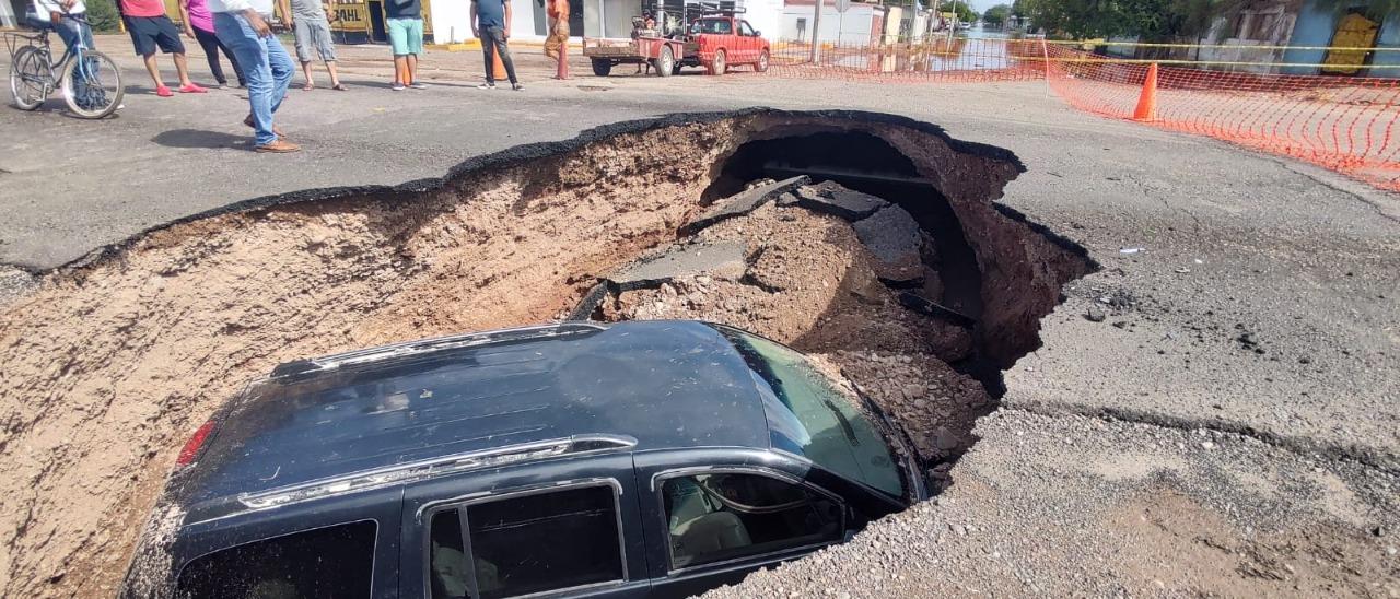 #Video Camioneta cae en socavón en Cajeme, Sonora