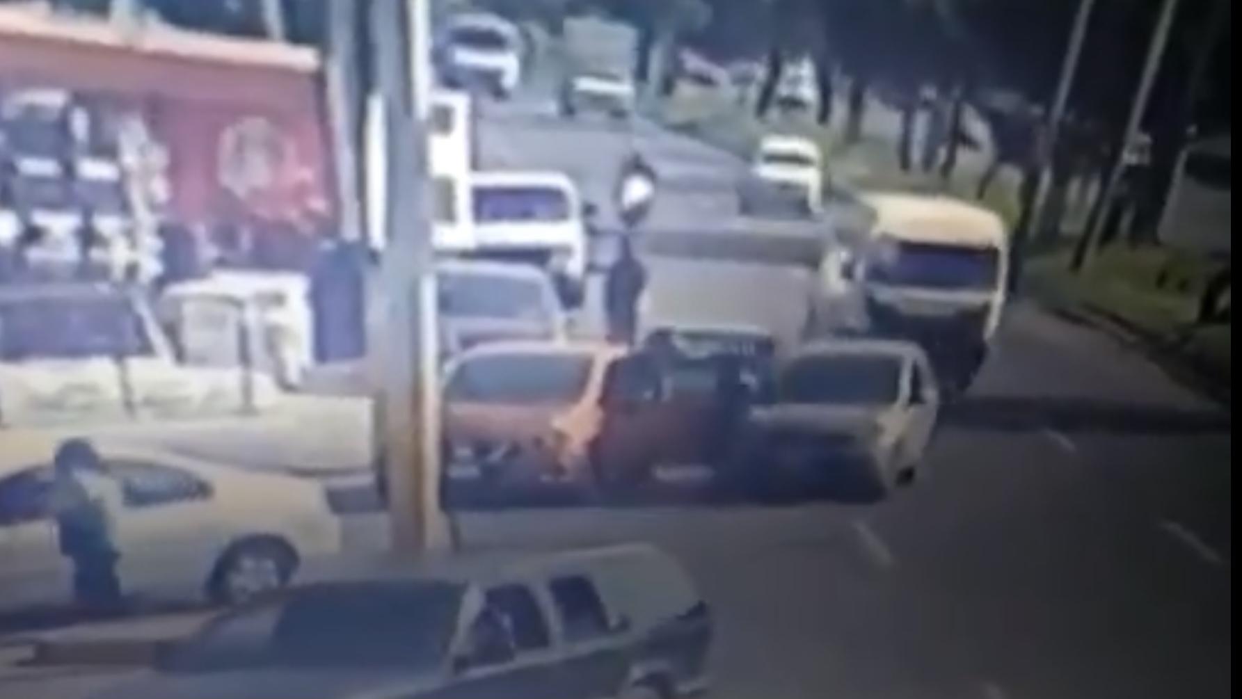#VIDEO Justiciero de Ecatepec atropella a asaltante y le dan golpiza