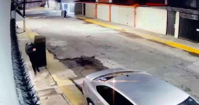 Captan en video a amantes de lo ajeno robando pantallas en Coacalco