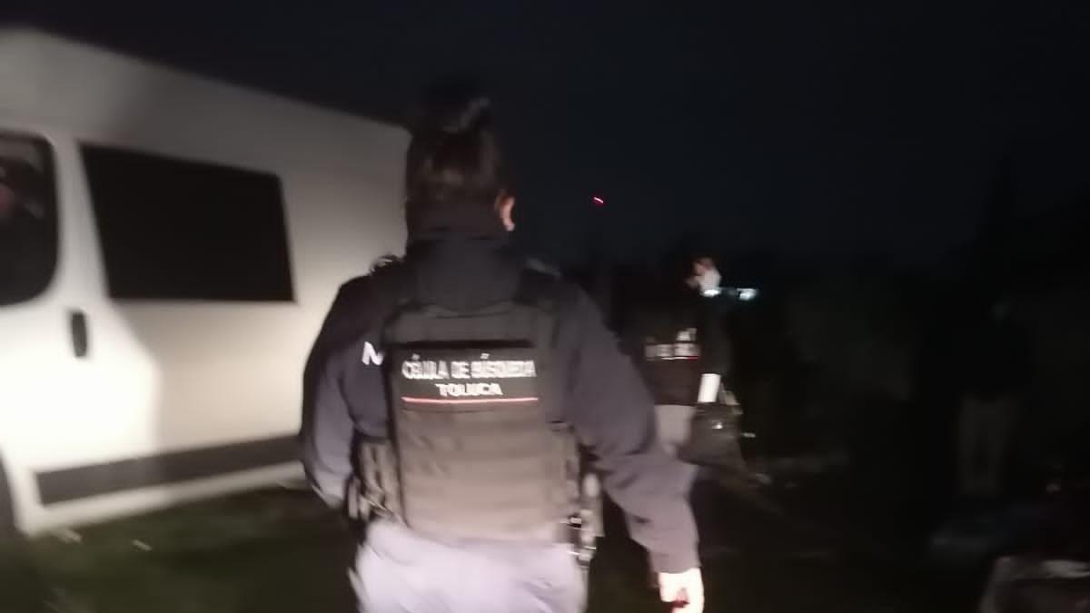Encuentran dos cuerpos enterrados en el patio de una casa de Toluca