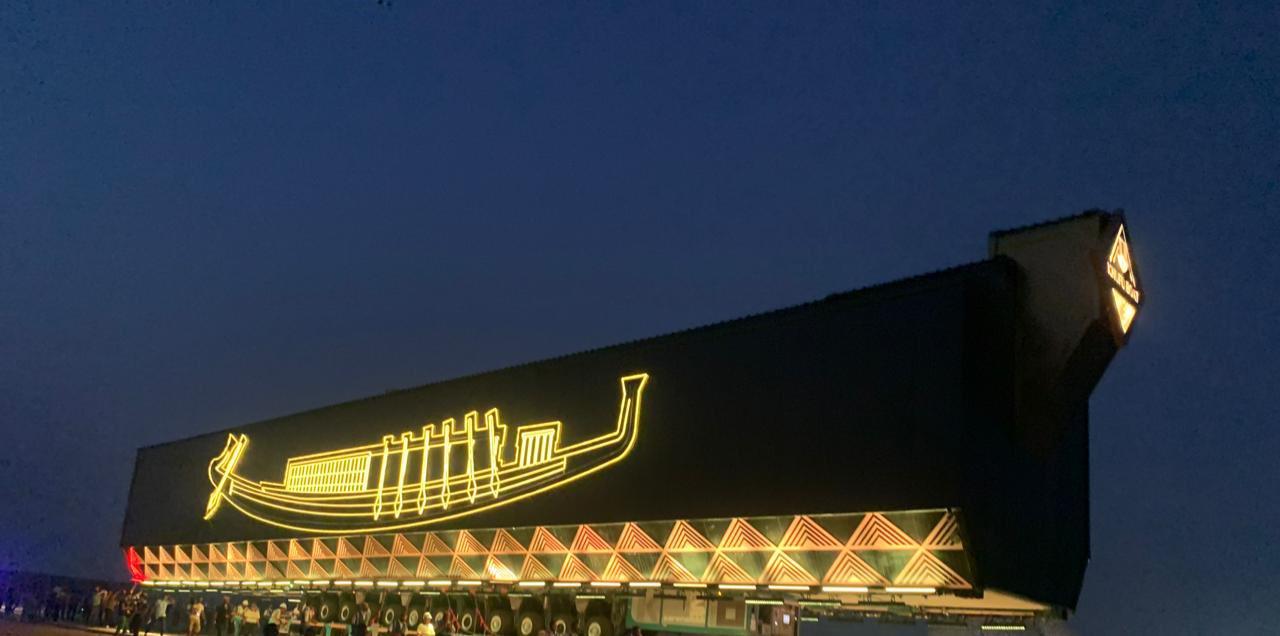 #VIDEO Trasladan barco solar del faraón Keops desde la Gran Pirámide al Gran Museo Egipcio
