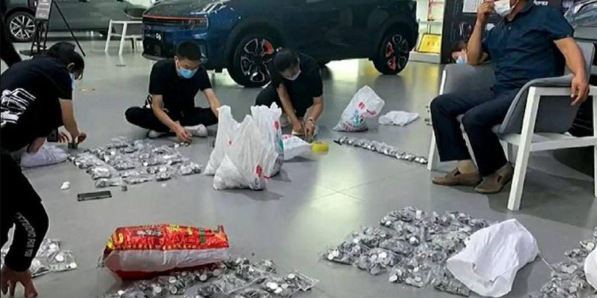 #VIDEO Padre lleva 17 costales con monedas a la agencia para comprar auto a su hijo