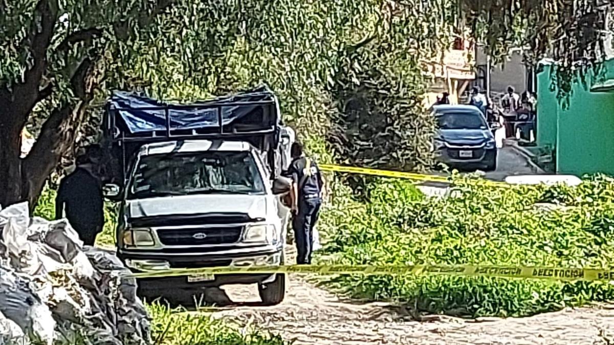 Encuentran 4 cuerpos dentro de una camioneta abandonada en Edomex; uno de ellos con vida