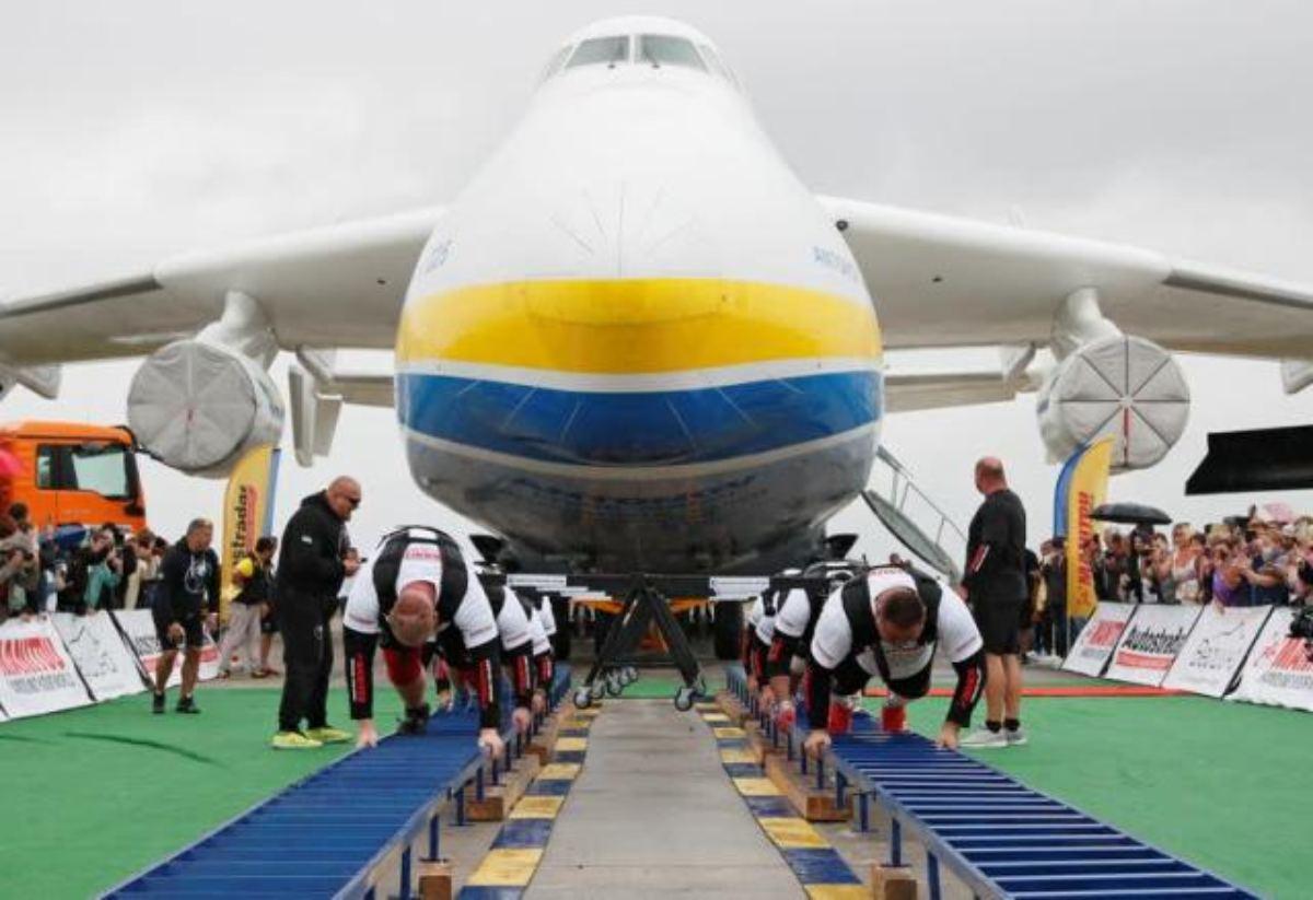 Hombres ucranianos jalan el avión más grande del mundo