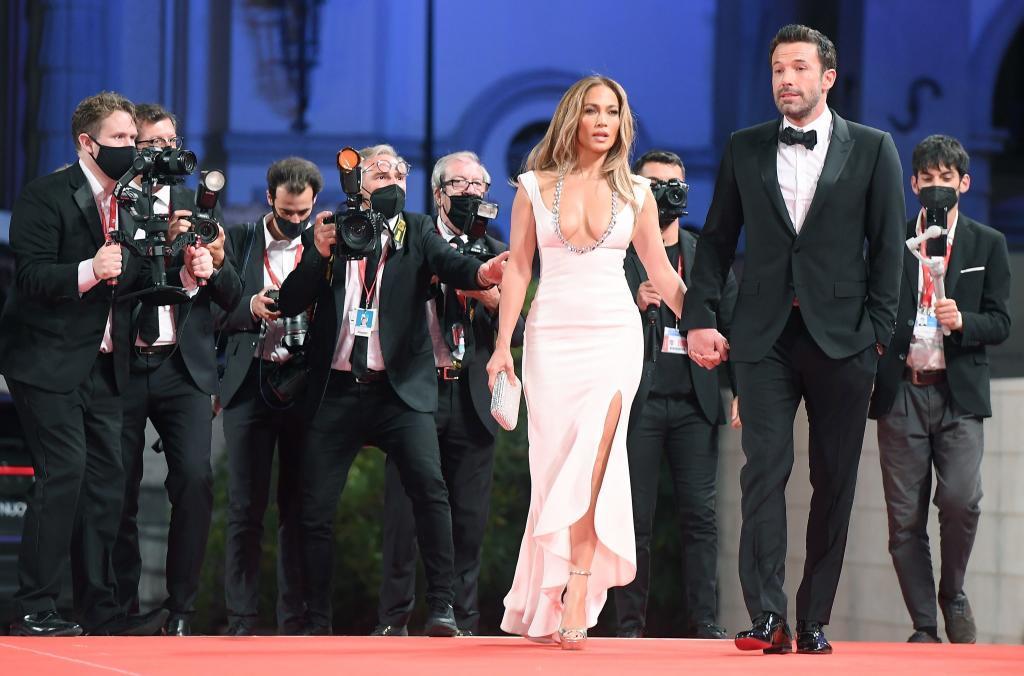 Ben Affleck y Jennifer Lopez hacen oficial su romance en alfombra roja de Venecia