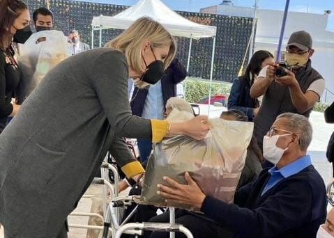 Entrega DIF Huixquilucan donativos a adultos mayores