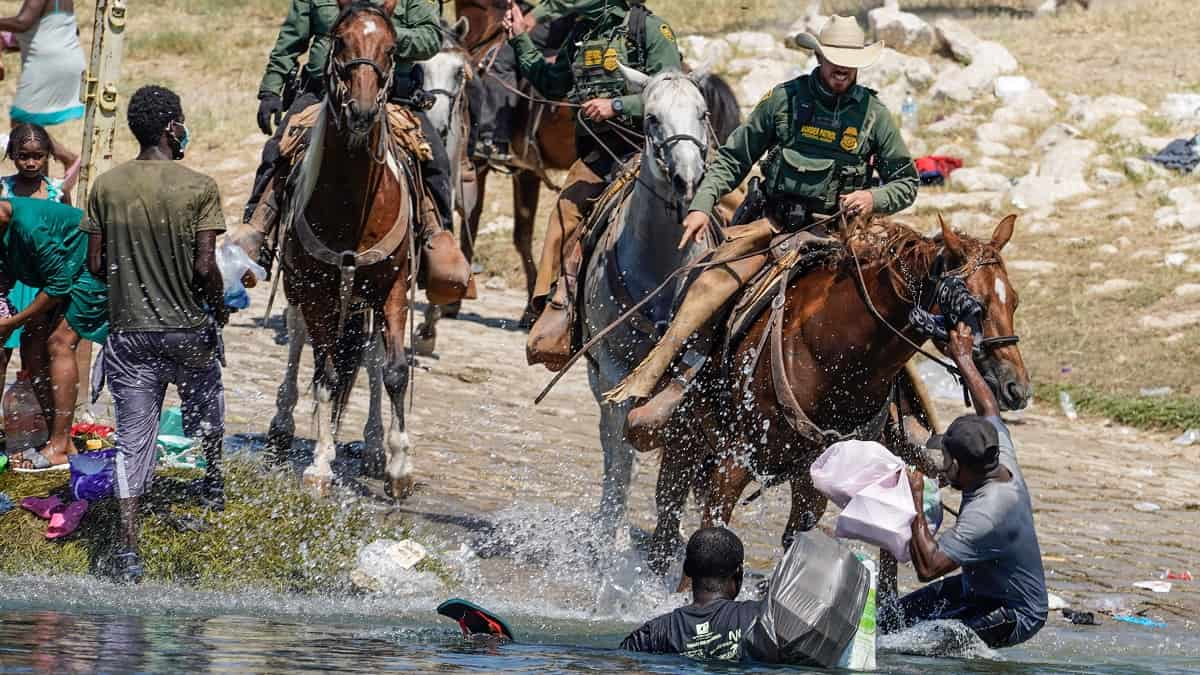 Agentes a caballo persiguiendo migrantes en Texas ya son investigados