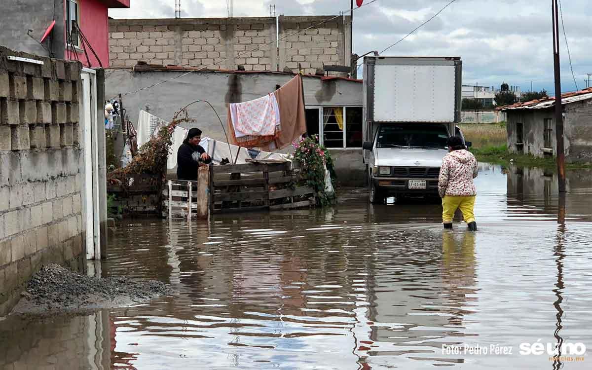Casas bajo aguas negras, habitantes de Toluca piden auxilio