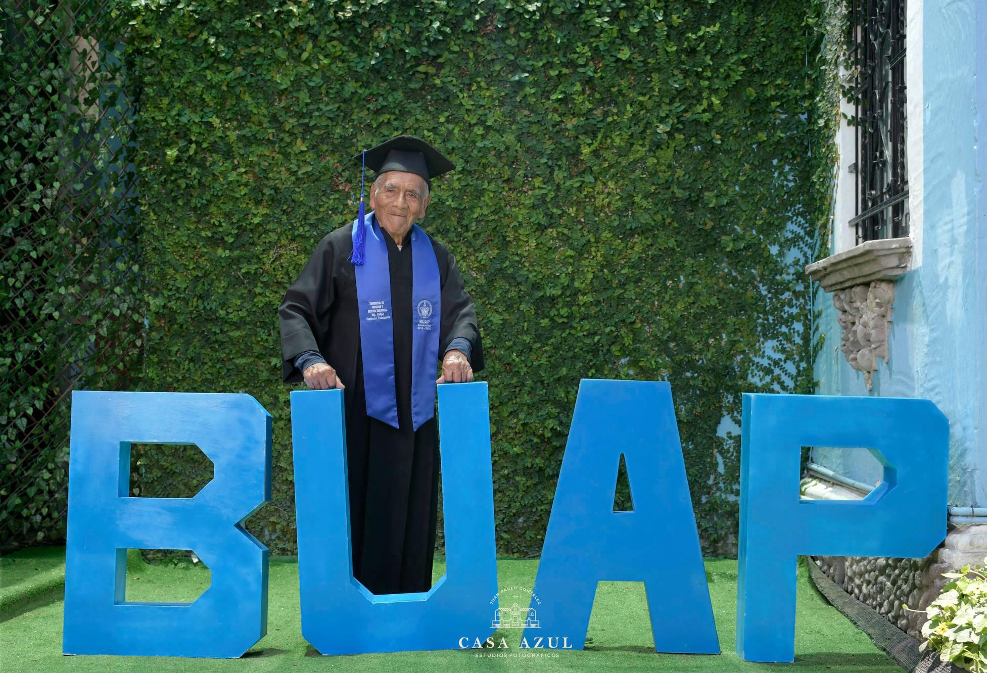 ¡Enhorabuena Ingeniero! Don Felipe presume fotos de graduación a sus 84 años
