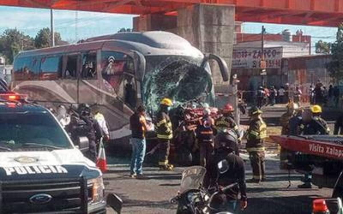 Autobús choca contra 6 vehículos en Veracruz, dos personas pierden la vida