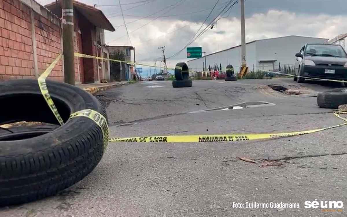 Por baches y hundimientos, vecinos temen a socavón en Toluca