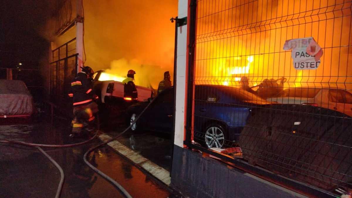 Se incendia mercado de autos en Edomex, hay nueve vehículos calcinados