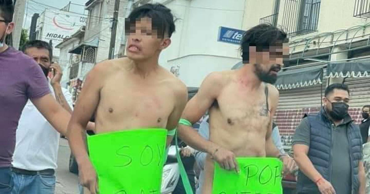 Comerciantes desnudan y exhiben a dos presuntos ladrones en Hidalgo