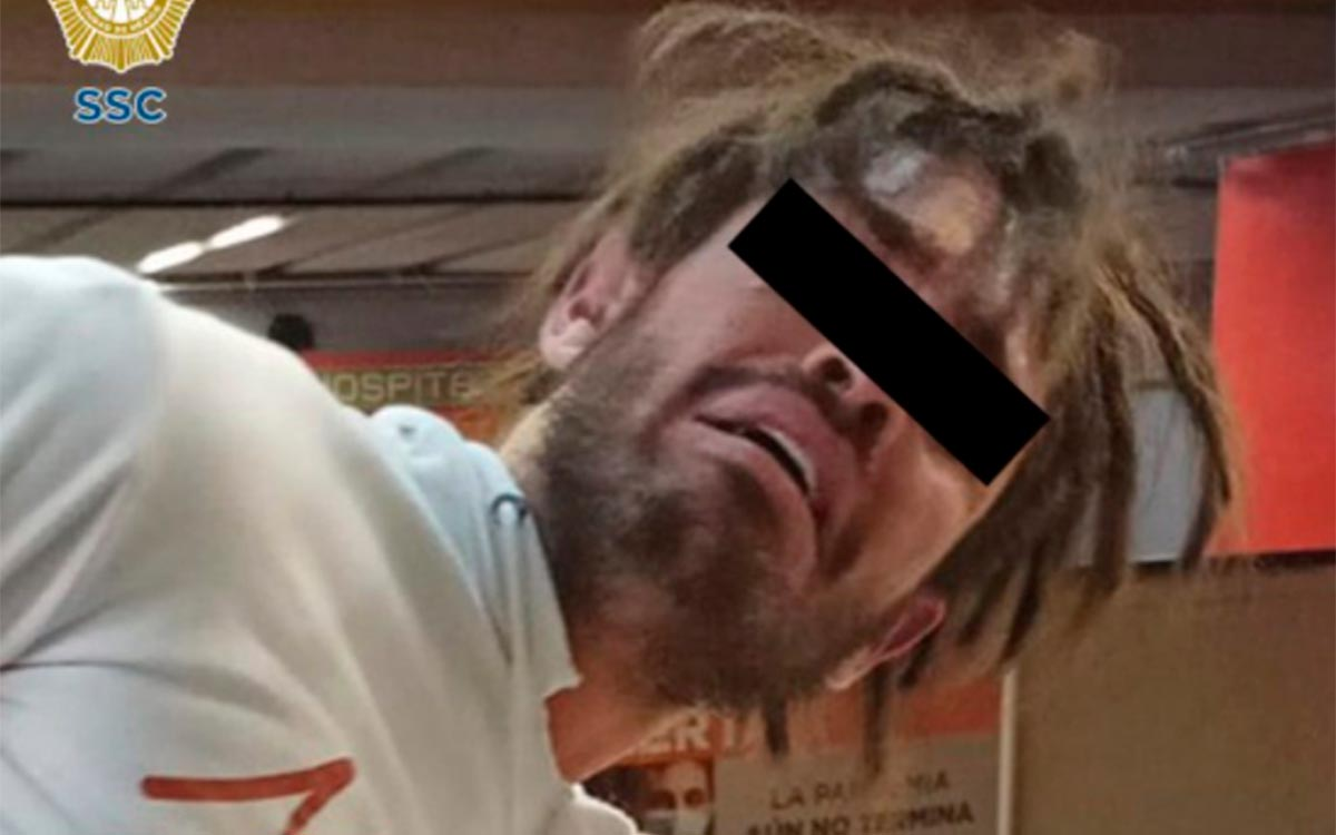 Un Hombre enfureció e intentó aventar a su novia a las vías del Metro