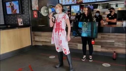 """""""Si no eres vegano, eres un abusador de animales""""; joven causa polémica protesta en un KFC"""