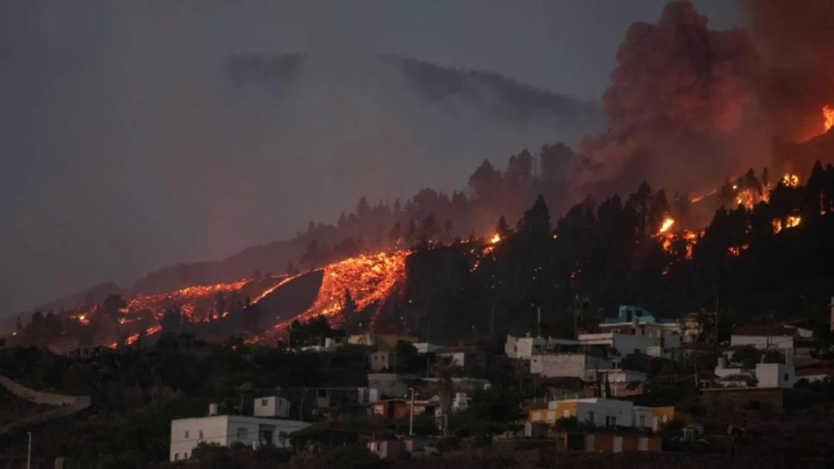 Lava arrasa con casas en La Palma, van 6 mil evacuados