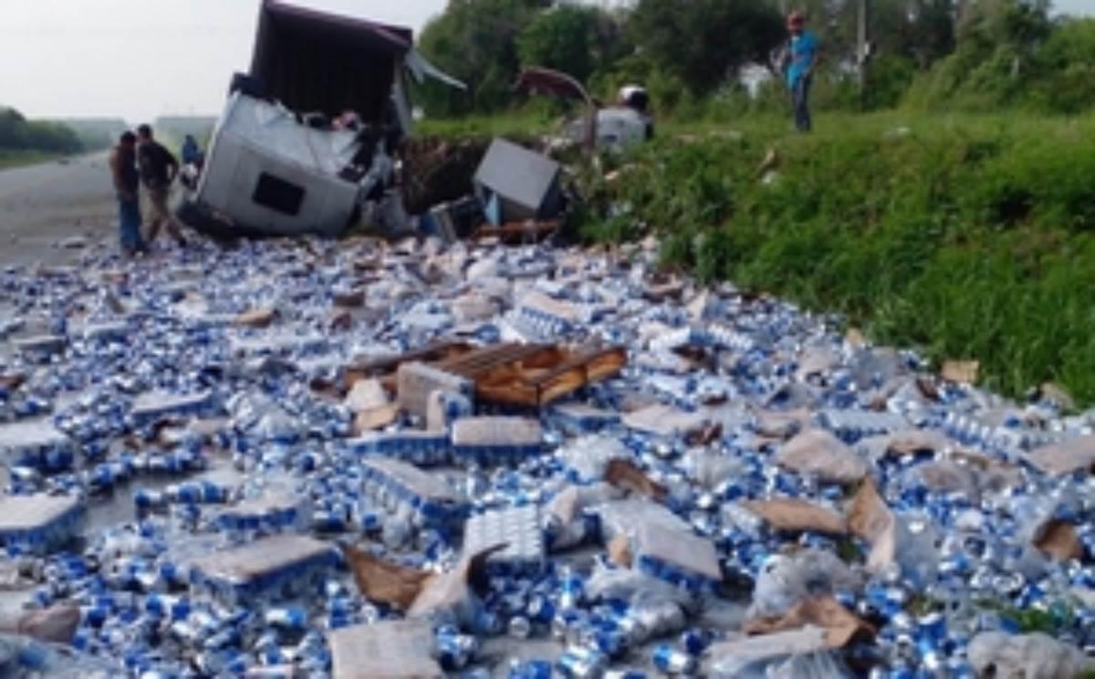 Tráiler cargado con cerveza vuelca en Nuevo León, hubo rapiña