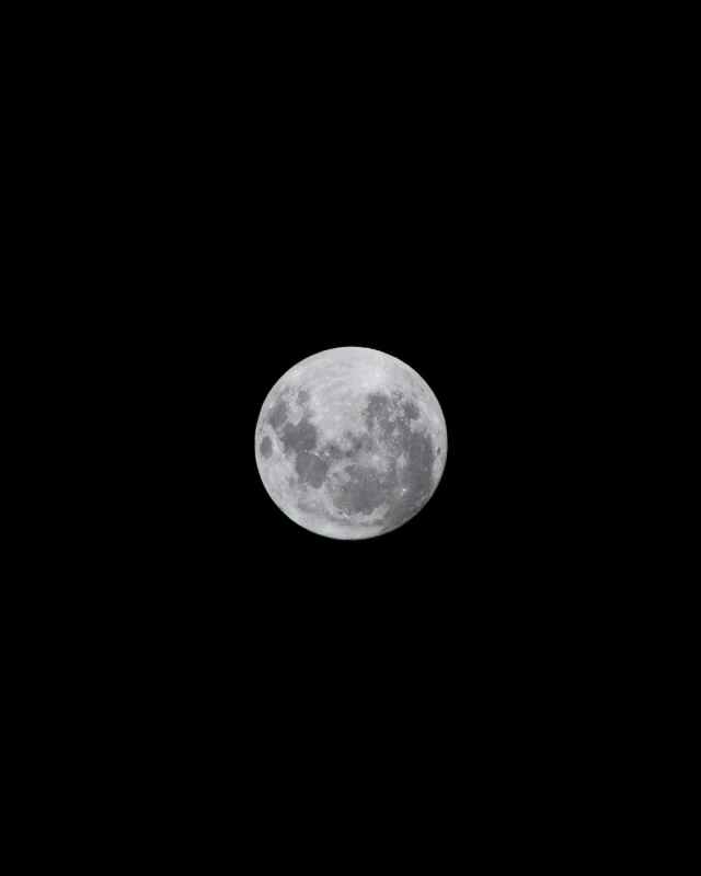 full moon in dark night sky Octubre estará lleno de fenómenos astronómicos que podrás observar