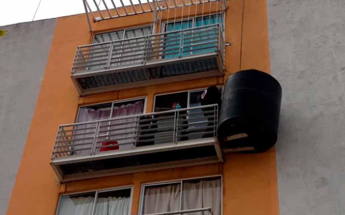 """Retiran un tinaco que """"flotaba"""" de un balcón en Iztacalco"""