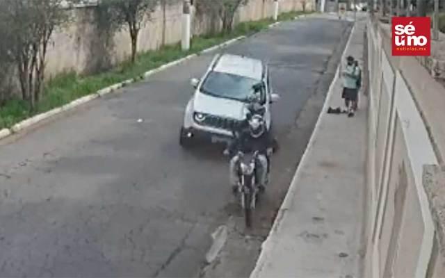 Arrolla a dos ladrones