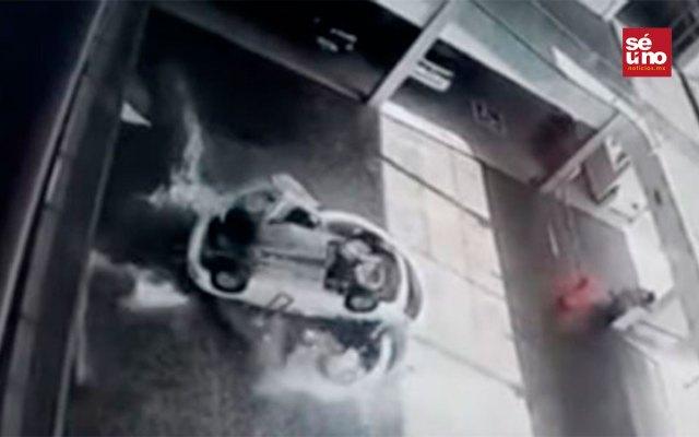 auto cayó encima de unas empleadas