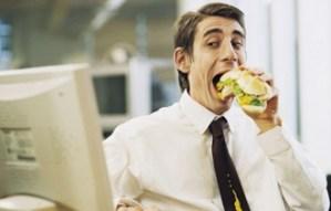 Por qué Nunca Debes Comer en tu Escritorio