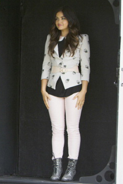 A skull print blazer and combat boots paired with pastel pink skinnies makes for a look that is equal parts girly and edgy, just like Aria!
