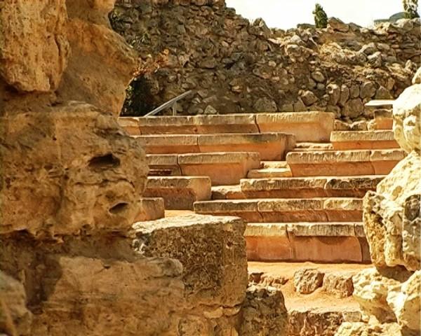 Скамьи амфитеатра сквозь окна храма