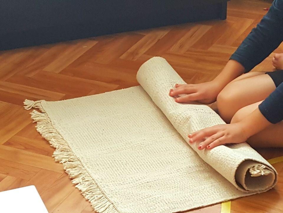 Activités montessori à 3 ans, rouler et dérouler le tapis. #activitémontessori #pédagogie3ans