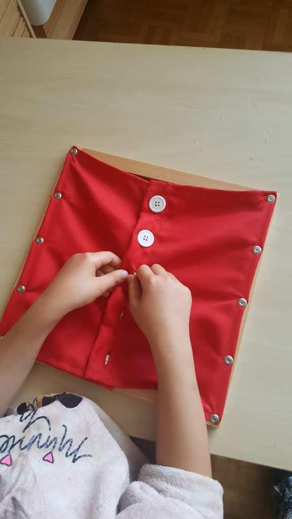 Cadre d'habillage gros bouton - Pédagogie Montessori #viepratique #matérielmontessori