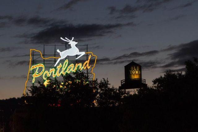 Вечерний Портленд. Светящийся White Stag (Белый олень)